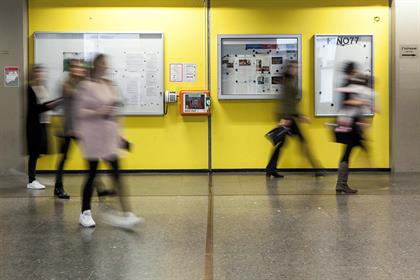 The picture shows students in the hallway of campus Golzheim.