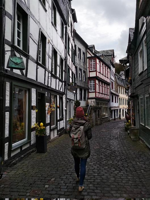Agatha Makarska's photo shows a young woman with a backpack exploring the historic streets of Monschau.