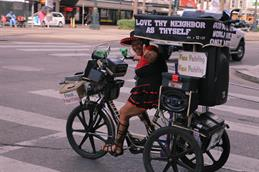 Christian Dinter's contribution, taken in the USA, shows a cheerfully waving woman on a bicycle equipped with a music system and adorned with Bible quotations.